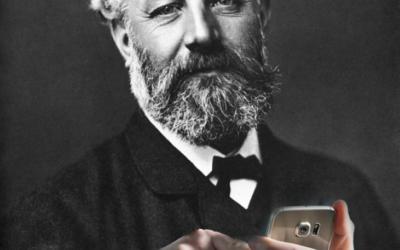 jules vernes avec un telephone portable dans les mains