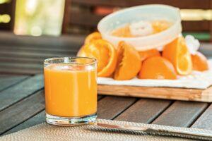 un verre de jus d'orange bien frais