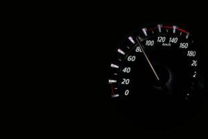 zoom sur le compteur kilométrique d'une voiture