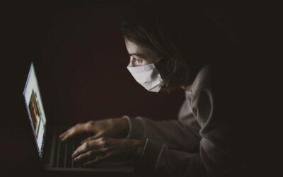 une femme en visio conférence sur son ordinateur portable