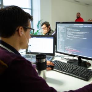 Un développeur en train de coder sur son ordinateur