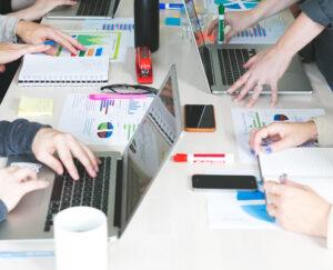 plusieurs personnes autour d'une table pour représenter la méthode agile