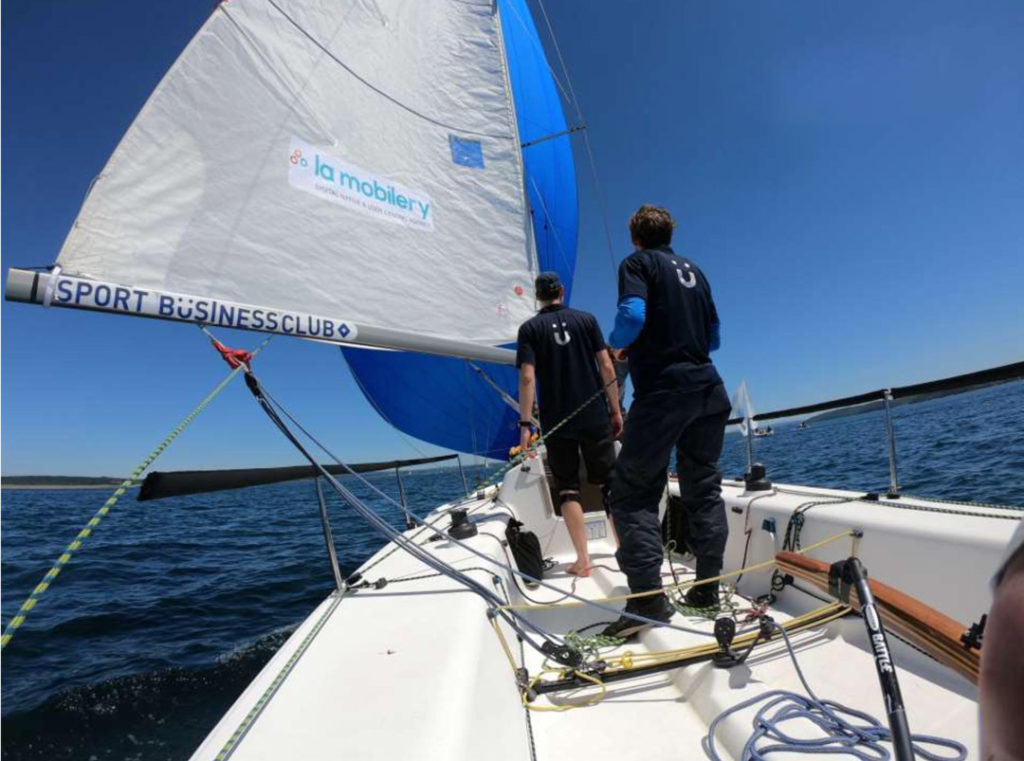 Thomas Ruyant en train de naviguer avec un coéquipier