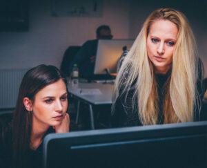 Deux personnes en train de faire un test utilisateur sur un ordinateur
