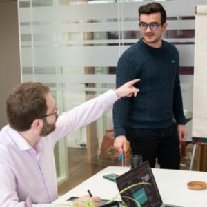 deux collaborateurs de la mobilery en train d'échanger sur un projet