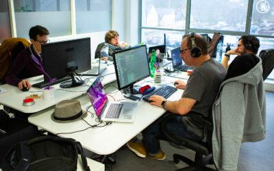 une équipe de développeurs en train de coder sur leurs ordinateurs