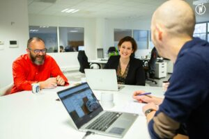 Bonne ambiance entre les collaborateurs autour d'un bureau
