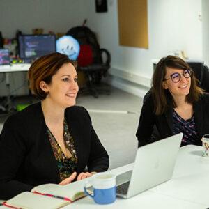 Deux collaboratrices de la mobilery en train d'échanger sur un projet digital