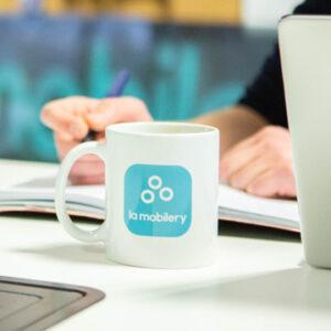 photo d'un Mug la mobilery sur un bureau