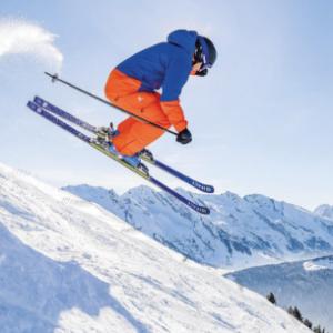photo d'un skieur en train de sauter une bosse sur une piste de ski