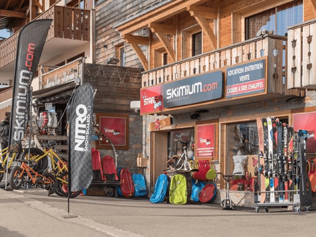 Photo d'une station de ski avec un magasin Skimium mis en évidence