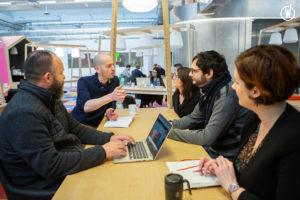Equipe de La Mobilery Tours qui discute autour d'une table